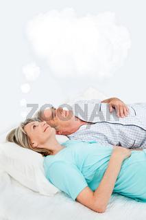 Seniorin mit Gedankenblase