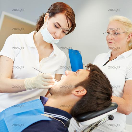 Angehende Zahnärztin bei ihrer zahnärztlichen Prüfung