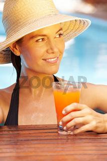 Frau im Sommer am Pool