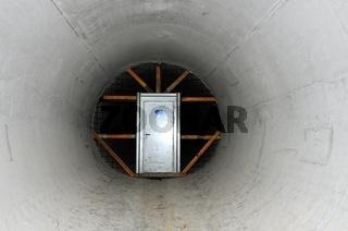Tür im Tunnel