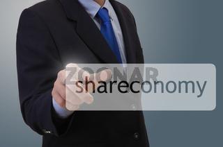 Businessmann berührt Shareconomy-Symbol