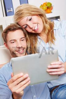 Paar schaut Film auf Tablet Computer