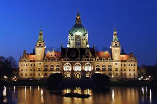 Das Rathaus von Hannover während der blauen Stunde