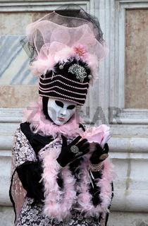 Rosaschwarze Maske