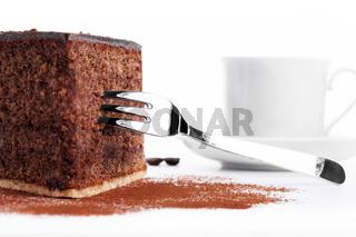schokokuchen mit gabel vor einer tasse mit kaffee