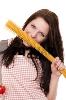 fröhliche frau mit spaghetti und tomate