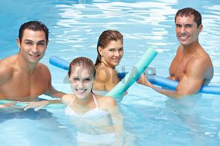 Freunde mit Schwimmnudeln im Pool