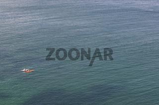 Einsame Paddler vor der Küste der Halbinsel von Cr