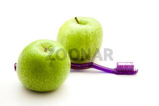 Grüner Apfel mit Zahnbürste