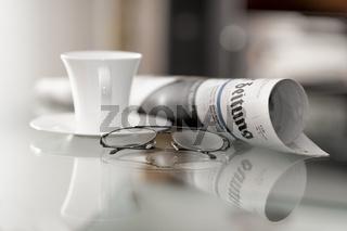 Tageszeitung und Kaffeetasse