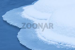 Eisstrukturen an einem Bachlauf, Allavaara, Lappland, Schweden