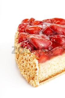 Erdbeerkuchen mit frischen Erdbeeren auf weißem Hintergrund