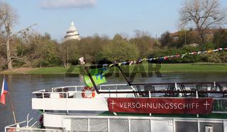 Pilgerschiff beim Stopp in Magdeburg auf Tour zum 34.evangelischen Kirchentag Hamburg vom 1.-5.5.13