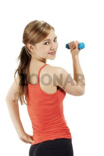 süße sportlerin mit fitness hantel schaut über die schulter