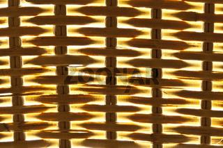 braune Korbstruktur vor leuchtendem Hintergrund