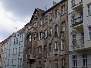 unsanierter Altbau / a old building