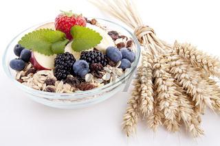 leckeres gesundes Frühstück mit cornflakes und früchten isoliert auf weiß