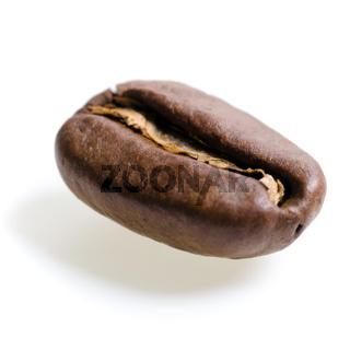 eine Espressobohne vor weißem Hintergrund