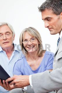 Lachende Seniorin mit Finanzberater