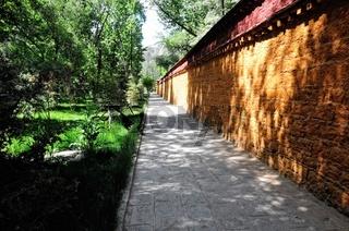 An der Mauer entlang in der Norbulingka Lhasa Tibet China