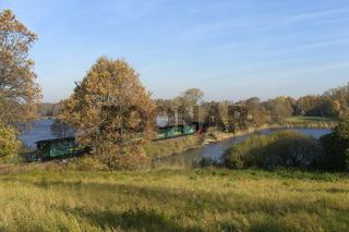 Schmalspurbahn auf dem Damm in Sonnenland