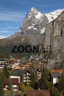 Das Bergdorf Mürren mit dem Eiger Gipfel