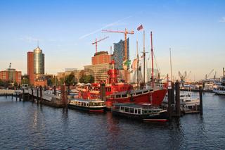 Hamburger Hafen Feuerschiff und Elbphilharmonie