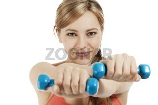 sportlerin trainiert mit fitness hanteln