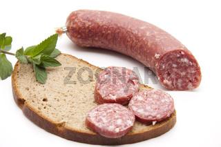 Knoblauch Salami auf Brot