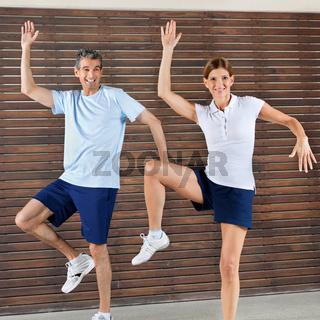 Paar tanzt im Fitnesscenter