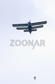 An-2 tows a skydiver