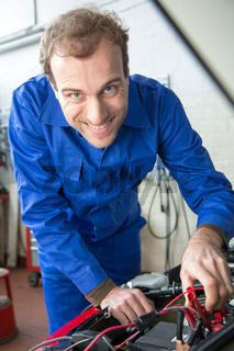 Kfz Mechatroniker reparieren ein Auto