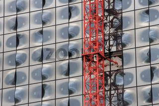 Elbphilharmonie Hamburg, Glasfront mit Kran