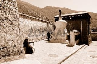 Pilgern im Kloster Drepung  Tibet China sepia