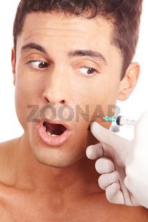 Mann hat Angst vor Spritze