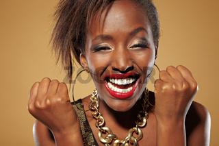 Lachende junge Afrikanerin