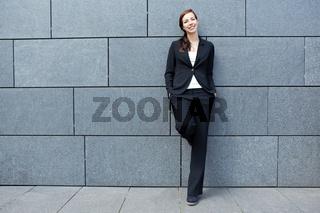 Lässige Geschäftsfrau in der Stadt