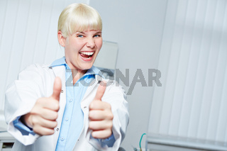 Jubelnder Zahnarzt hält Daumen hoch