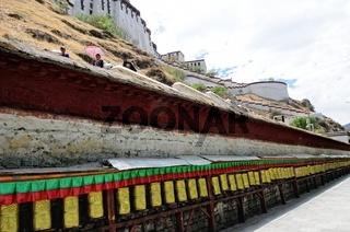 Gebetsmühlen am Potala-Palast Lhasa Tibet