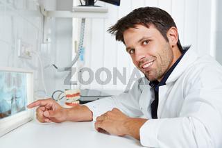 Zahnarzt mit Röntgenbild in seiner Praxis