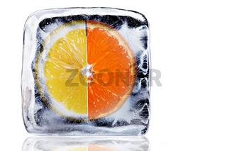 Orange und Zitrone im Eisblock