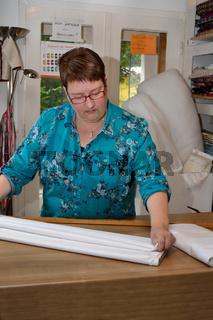 Textilwarenverkaeuferin mit Meterware