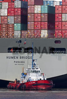 Containerschiff im Hamburger Hafen mit Schlepper, Deutschland