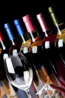 Einige Flaschen Wein, Korkenzieher und ein Weinglas