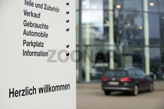 Schild an einem Autohaus Sign at a car dealership