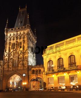 Prag bei Nacht: Pulverturm