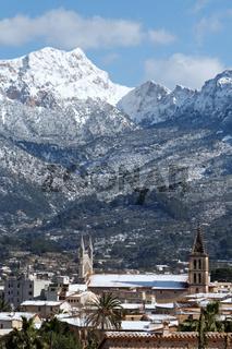 Blick auf Soller und die Berge der Serra de Tramuntana auf Mallorca