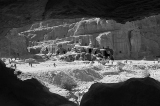 Blick durch Felsenhohlräume, Petra, Jordanien