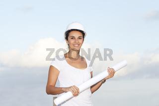 Ingenieurin mit Zeichnung in der Hand vor blauem H