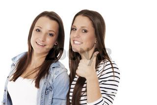 glückliche teenager zeigen daumen nach oben